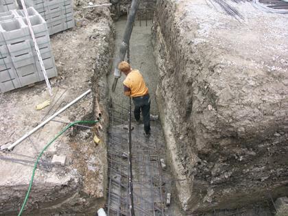 Březno - realizace opěrné stěny proti sesuvu domu
